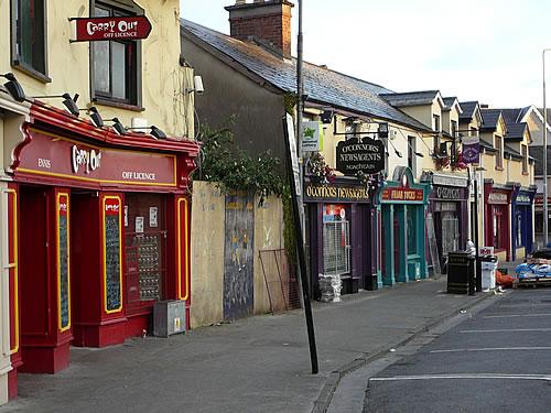 Straßenzug der irischen Ortschaft Ennis
