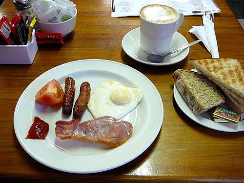 """Mein """"full Irish breakfast"""" mit Sausages und Soda-Bread"""