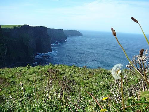 Die Cliffs of Moher ragen bis zu 200 Meter hoch aus dem atlantischen Ozean