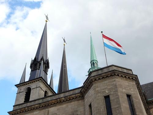 Die drei schlanken Türme der Liebfrauenkathedrale gelten als eines der Wahrzeichen Luxemburgs