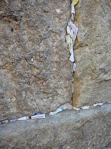 In den Ritzen der Klagemauer stecken Wünsche und Gebete auf Zetteln
