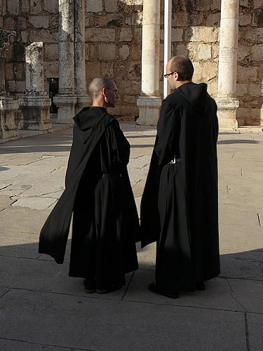 Christliche Pilger in der Synagoge von Kapernaum