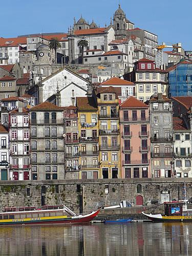 Die Häuser der malerischen Altstadt klettern terrassenartig den Hang empor