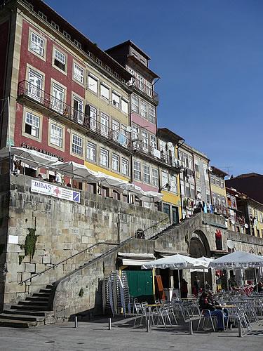 Am Flussufer (Ribeira) finden sich viele Cafés und Restaurants