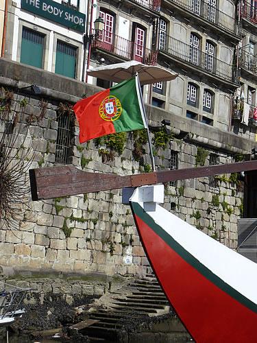 Portugiesische Fahne im Hafen von Porto
