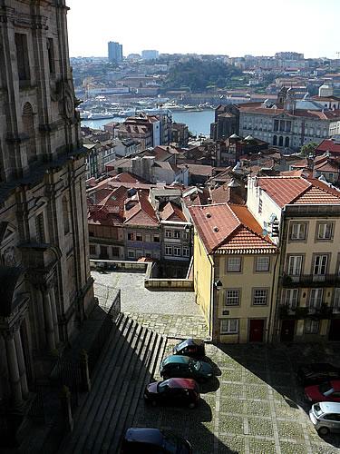 Blick vom Vorplatz der Kathedrale Sé über die Altstadt Portos