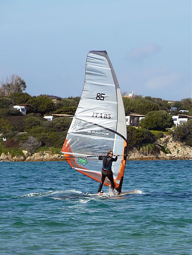 Windsurfer am Kult-Strand Porto Pollo