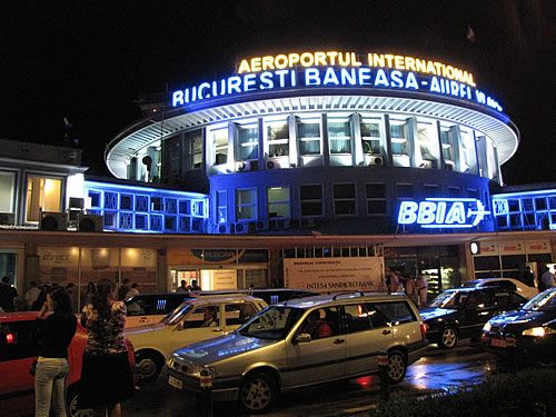 Ankunft am Flughafen Bukarest-Baneasa bei Nacht
