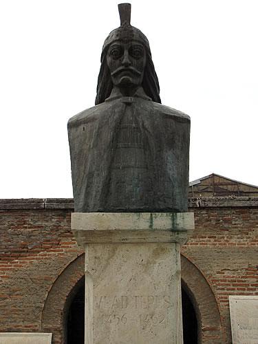 Büste von Vlad Tepeş, besser bekannt als Graf Dracula, vor dem Fürstenhof in Bukarest