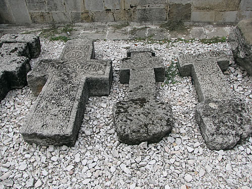 Grabsteine vor dem Fürstenhof von Graf Dracula