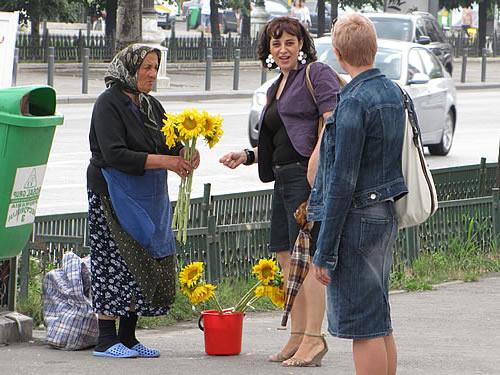 Blumenverkäuferin an einer Straßenecke