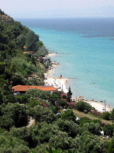 Áfitos-Beach vom Dorf Áfitos aus gesehen