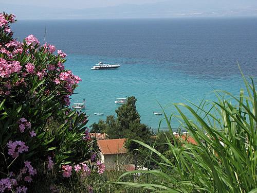Blick auf das Meer vor dem griechischen Dorf �fitos