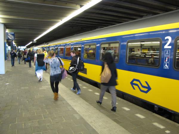 Mit dem Zug geht's nach Den Haag