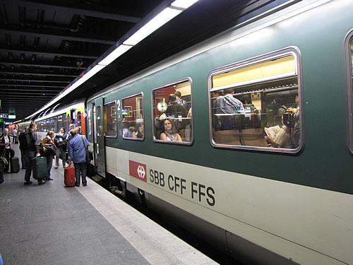 Mit dem Zug fahre ich vom Flughafen Zürich zuerst einmal nach Neuhausen