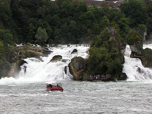 Boot vor dem gewaltigen Rheinfall