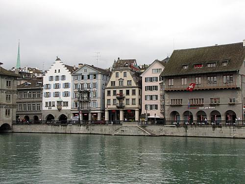 Malerische Zunfthäuser aus dem 17. und 18. Jahrhundert am Limmatquai im Zürich