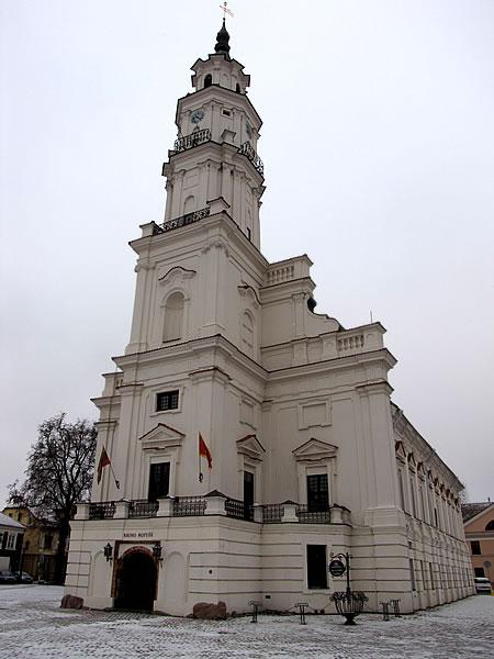 Auf dem Rathausplatz dominiert das weiße Rathaus