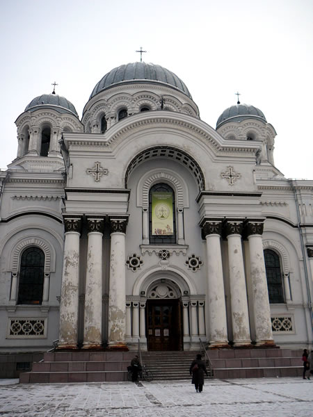 Die Laisvės alėja wird geprägt von der Hl. Erzengel-Michael-Kirche