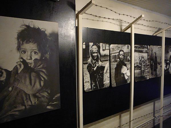 ... und endet mit den Fotos einiger Kinder, die im Ghetto ermordet wurden
