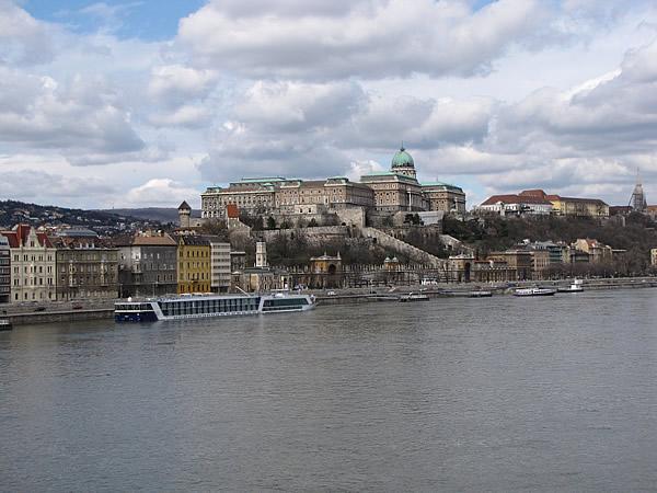 Blick über die Donau zum Burgberg