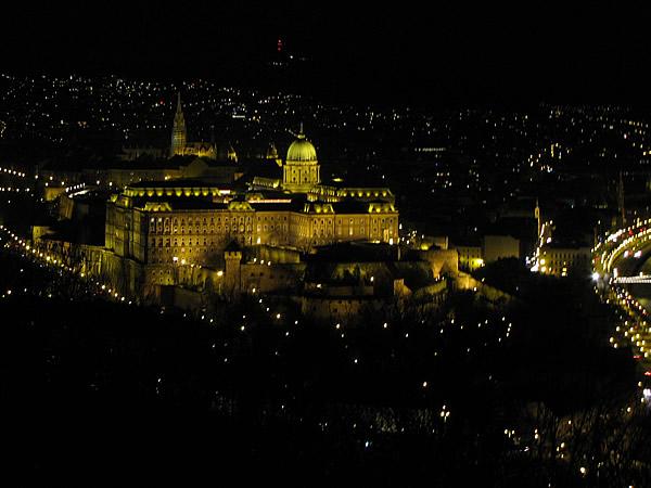 Blick auf den Burgberg bei Nacht