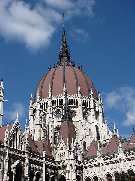 Das Parlament wurde im neogotischen Stil erbaut
