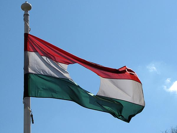 die ungarische Fahne aus deren Mitte die sowjetischen Symbole heraus geschnitten wurden