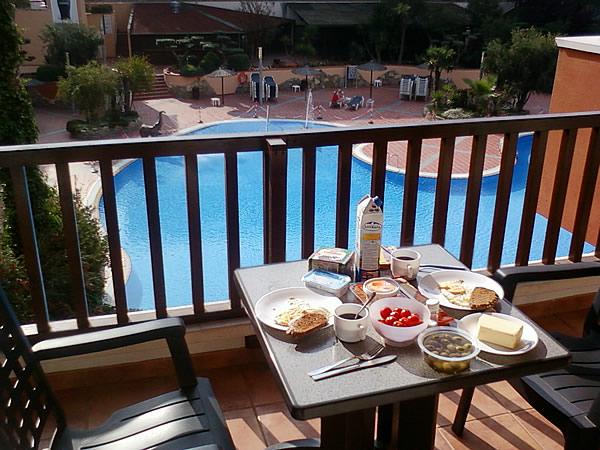 Am nächsten Morgen frühstücken wir auf unserem Balkon