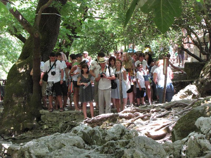 Doch wie auch an allen anderen Orte der Insel sind die Touristengruppen nicht weit