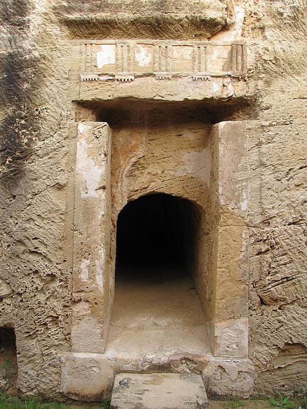 Sie orientieren sich im Stil an Gräber die man in Alexandria (Ägypten) fand