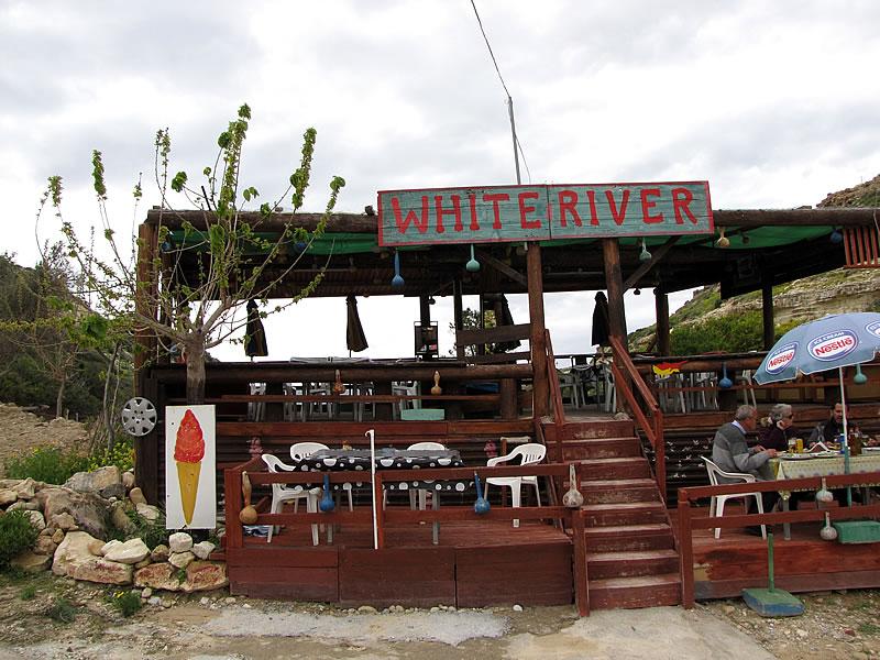 """In einer weiten Kurve findet sich die urige Taverne """"White River"""""""